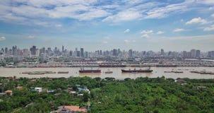 Vista aerea dell'orizzonte di Bangkok e punto di vista di Chao Phraya River View dalla zona verde nel colpo Krachao, Phra Pradaen video d archivio
