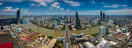 Vista aerea dell'orizzonte e del grattacielo di Bangkok con le tracce leggere fotografie stock