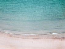 Vista aerea dell'uomo solo sulla spiaggia fotografia stock libera da diritti
