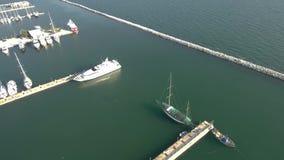 Vista aerea dell'yacht del porticciolo nell'area del kalamaria Salonicco Grecia, movimento ascendente in fuco video d archivio