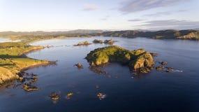 Vista aerea della baia dolce in Whangaruru, Nuova Zelanda Fotografia Stock