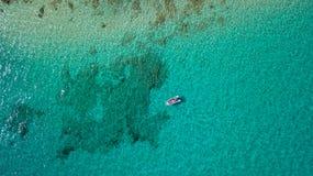 Vista aerea della barca con la scogliera, Fuerteventura immagine stock
