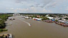 Vista aerea della barca di legno del pesce andare da parte a parte archivi video