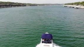 Vista aerea della barca di velocità sul lago ad estate archivi video