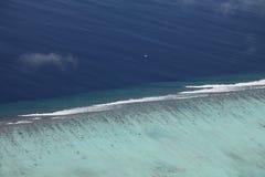 Vista aerea della barriera corallina nei Maldives Immagine Stock