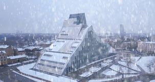 Vista aerea della biblioteca nazionale a Riga, Lettonia video d archivio