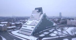 Vista aerea della biblioteca nazionale a Riga, Lettonia stock footage