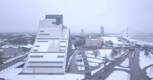 Vista aerea della biblioteca nazionale a Riga, Lettonia archivi video