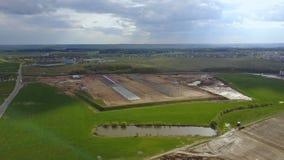 Vista aerea della campagna Costruzione della costruzione nel campo Azienda agricola organica con bello paesaggio stock footage