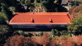 Vista aerea della casa con un tetto di mattonelle rosse fotografia stock libera da diritti