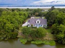 Vista aerea della casa sulla proprietà boscosa immagini stock