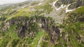 Vista aerea della cascata alta nelle montagne alpine Immagine Stock