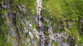 Vista aerea della cascata alta nelle montagne alpine Fotografia Stock