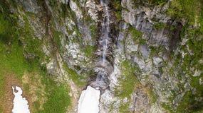 Vista aerea della cascata alta nelle montagne alpine Fotografie Stock