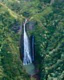 Vista aerea della cascata in montagne di Kauai Immagini Stock Libere da Diritti