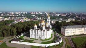Vista aerea della cattedrale di Uspenskiy in Vladimir archivi video