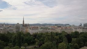 Vista aerea della cattedrale di Vienna e della città di paesaggio urbano di Vienna, Austria video d archivio