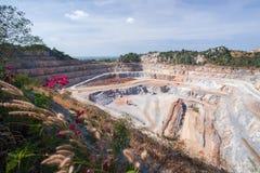 Vista aerea della cava estraente del cemento con macchinario sul lavoro Paesaggio fantastico degli strati del calcare e della tri fotografie stock libere da diritti