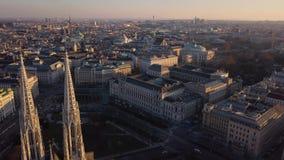 Vista aerea della chiesa di Votivkirche e di Vienna video d archivio