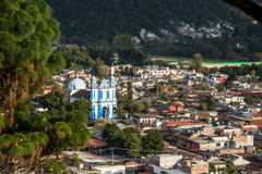 Vista aerea della chiesa e della città di San Cristobal al Chiapas, Messico Immagine Stock