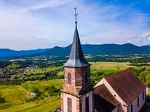 Vista aerea della chiesa San-Gilles in San-Pierre-Bois, l'Alsazia immagini stock libere da diritti