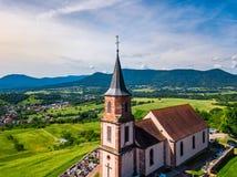 Vista aerea della chiesa San-Gilles in San-Pierre-Bois, l'Alsazia fotografia stock