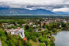 Vista aerea della città Bled con le montagne delle alpi nei precedenti, Fotografia Stock