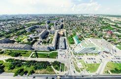 Vista aerea della città con le strade trasversali e strade, case, costruzioni, parchi e parcheggi Immagine panoramica di estate s Fotografia Stock Libera da Diritti