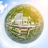 Vista aerea della città con le strade trasversali e strade, case, costruzioni, parchi e parcheggi Immagine panoramica di estate s Immagini Stock