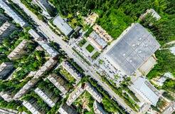 Vista aerea della città con le strade trasversali e strade, case, costruzioni, parchi e parcheggi Immagine panoramica di estate s Fotografie Stock Libere da Diritti