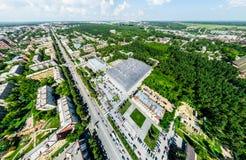 Vista aerea della città con le strade trasversali e strade, case, costruzioni, parchi e parcheggi Immagine panoramica di estate s Immagini Stock Libere da Diritti