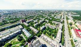 Vista aerea della città con le strade trasversali e strade, case, costruzioni, parchi e parcheggi Immagine panoramica di estate s Fotografia Stock
