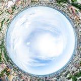 Vista aerea della città con le strade trasversali e strade, case, costruzioni, parchi e parcheggi Immagine panoramica di estate s Immagine Stock