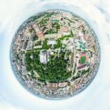 Vista aerea della città con le strade trasversali e strade, case, costruzioni, parchi e parcheggi Immagine panoramica di estate s Immagine Stock Libera da Diritti