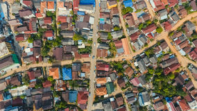 Vista aerea della città con le strade trasversali e strade, case, costruzioni, parchi e parcheggi, ponti Colpo dell'elicottero Fotografie Stock Libere da Diritti