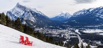 Vista aerea della città di Banff con quella sedie rosse iconiche dentro Immagini Stock