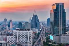 Vista aerea della città di Bangkok a penombra, distretto aziendale con hig Immagine Stock