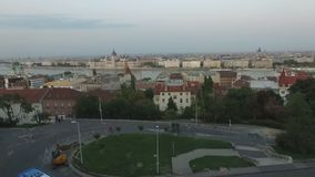 Vista aerea della città di Budapest Paesaggio urbano e Parlamento di panorama archivi video