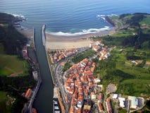 Vista aerea della città di Deba in Gipuzkoa fotografie stock libere da diritti