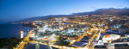 Vista aerea della città di notte Santa Cruz de Tenerife Immagini Stock