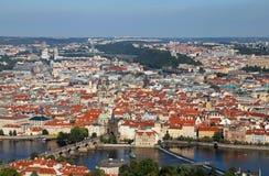 Vista aerea della città di Praga in repubblica Ceca con il ponte di charles Fotografia Stock Libera da Diritti