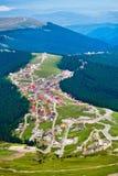 Vista aerea della città di Ranca in montagne di Parang Fotografia Stock