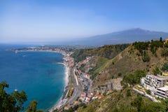 Vista aerea della città di Taormina, del mar Mediterraneo e del supporto Etna Volcano - Taormina, Sicilia, Italia Immagine Stock Libera da Diritti