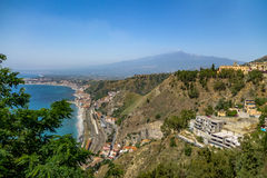 Vista aerea della città di Taormina, del mar Mediterraneo e del supporto Etna Volcano - Taormina, Sicilia, Italia Immagini Stock Libere da Diritti