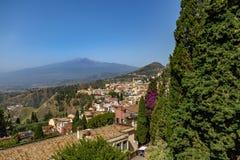 Vista aerea della città di Taormina e del supporto Etna Volcano - Taormina, Sicilia, Italia Immagini Stock