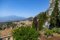 Vista aerea della città di Taormina e del supporto Etna Volcano - Taormina, Sicilia, Italia Fotografia Stock