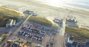 Vista aerea della città e della spiaggia Macchina fotografica del fuco che solleva dalle case per tirare e dal Mare del Nord archivi video