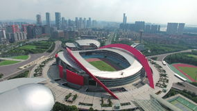 Vista aerea della città e dello Stadio Olimpico di Nanchino stock footage