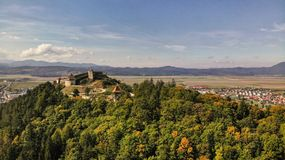 Vista aerea della città e della fortezza di Rasnov immagini stock libere da diritti