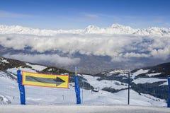 Vista aerea della città italiana nordica di Aosta e del ` circondante Aosta di Valle d dalla stazione sciistica di Pila Fotografia Stock